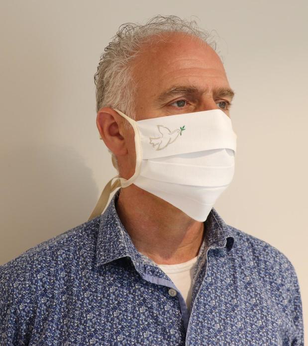 Brugse textielfirma maakt mondmaskers voor geestelijken