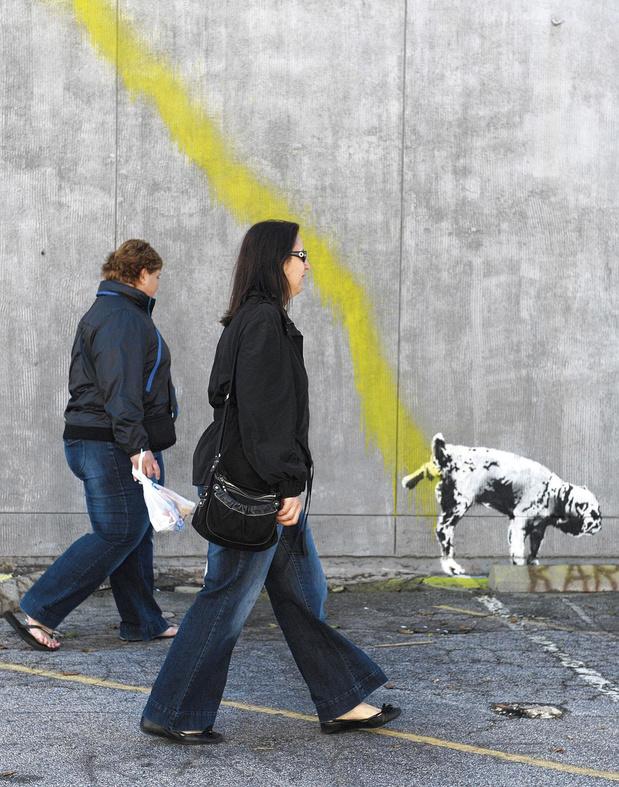 Une sacrée paire de pisseurs: seules deux bêtes pissent en rue, le mâle et le chien (chronique)