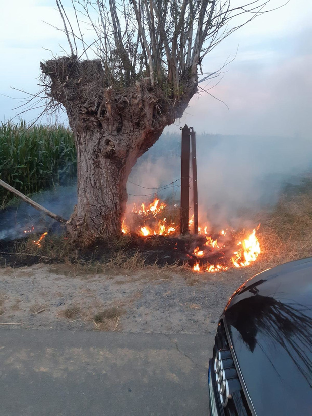 Berm in Pannenhuisstraat vat vuur