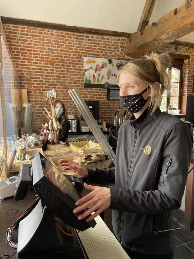 Ils travaillent pour vos vacances 3/5   Sarah, vendeuse de sandwich à Pairi Daiza