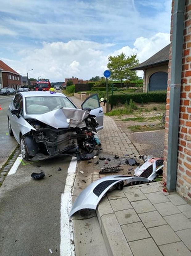 Zeventiger wordt onwel en rijdt met auto tegen gevel in Merkem