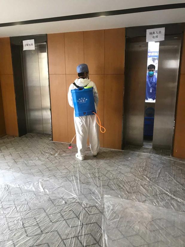 Hotel Quarantaine in Shanghai: 'Binnen zit de angst voor besmetting er goed in, buiten zie ik een wereld waar covid-19 niet bestaat'