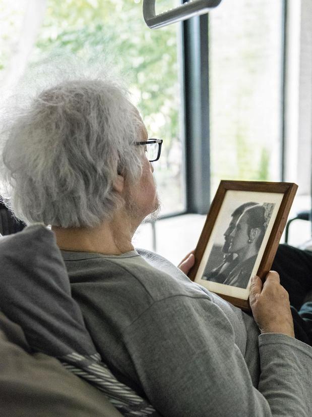 Récit: condamné à rester dans son lit, Bob vit au travers de photos de la maison qu'il a jadis conçue