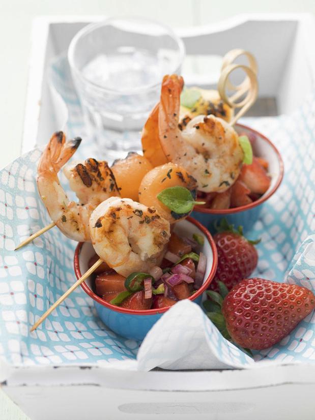 Brochettes de crevettes et melon, salsa aux fraises