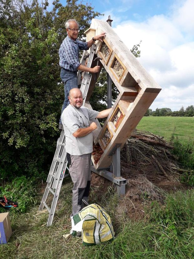 Milieuraad Vleteren bouwt reusachtig insectenhotel