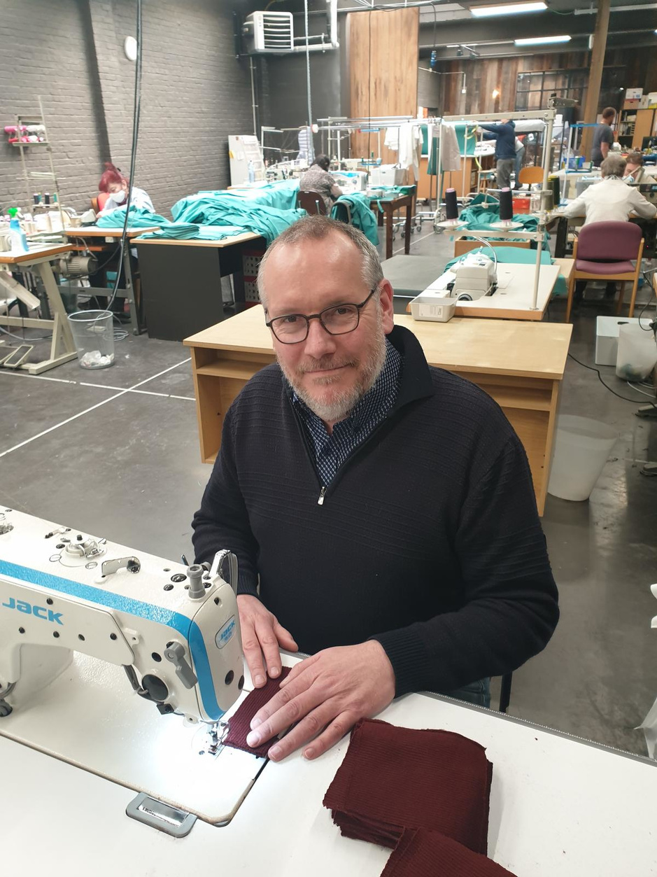 'Gratis naaimachines voor wie mondmaskers of schorten wil stikken'