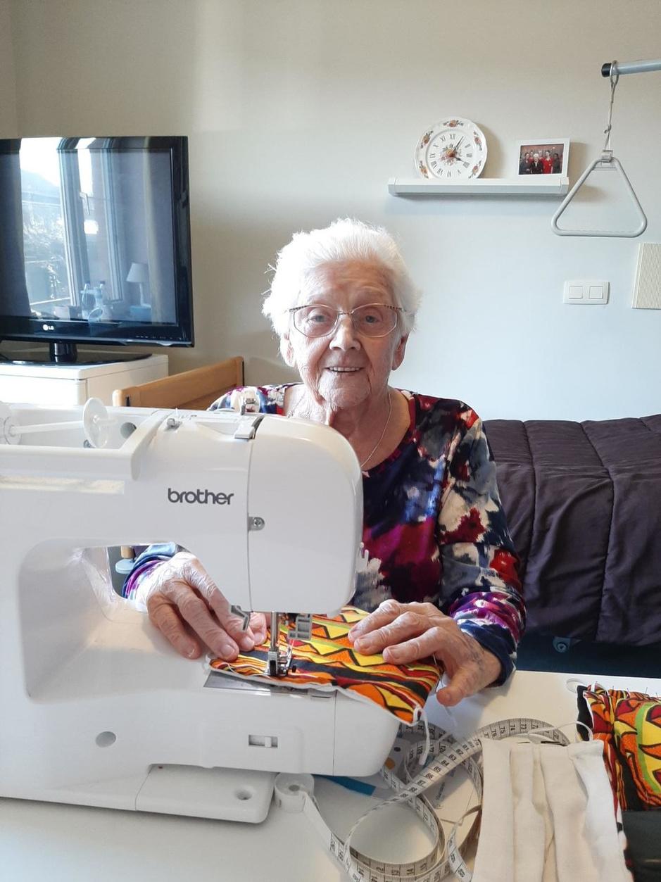 """Elvire (100), eeuwelinge met een passie: """"Hoe meer mondmaskers ik mag naaien, hoe liever"""""""