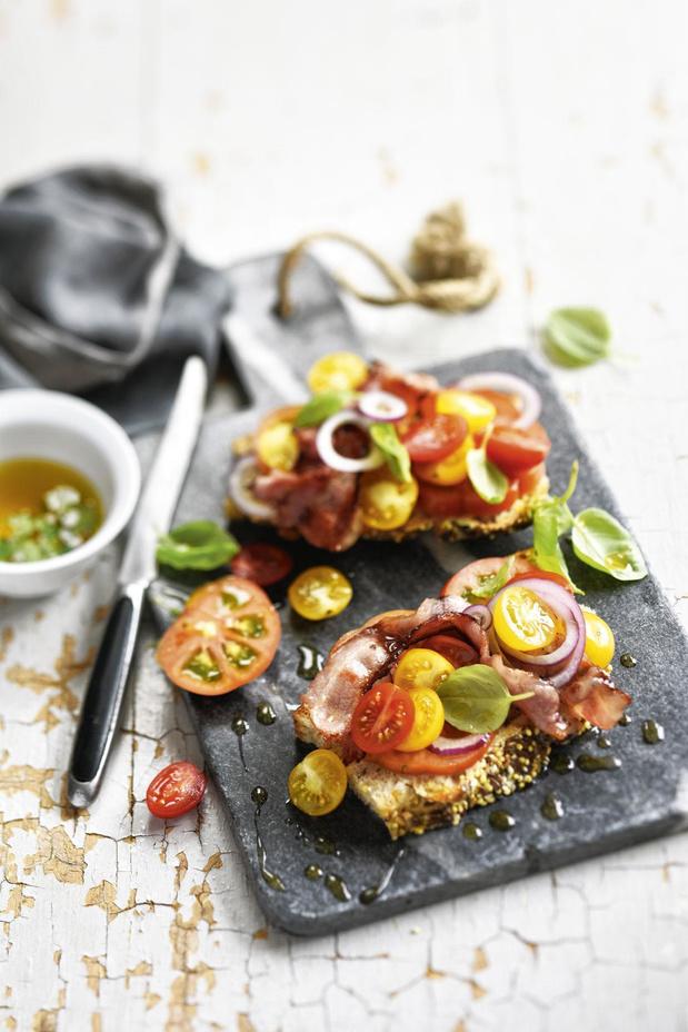 Crostini met tomaat en geroosterd spek