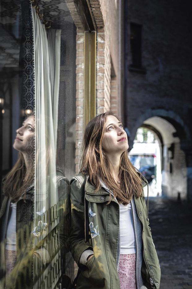 La musique, une réponse à la souffrance: le portrait de Camille Thomas, musicienne belge