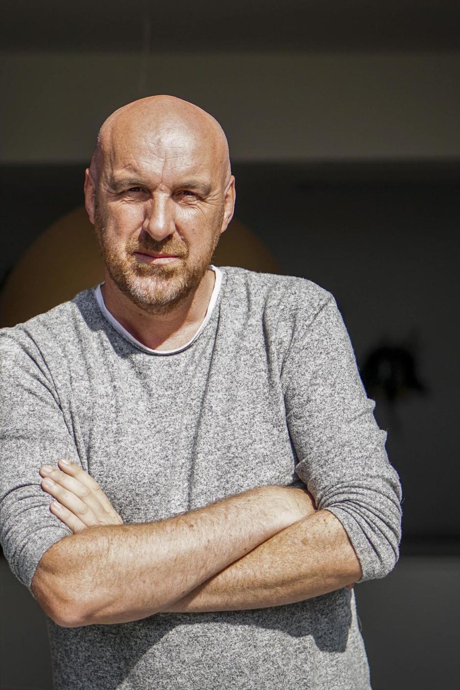 """Eric Goens brengt zomers VTM-programma aan onze kust: """"Te veel volk? Podium gaat opnieuw de zee in"""""""