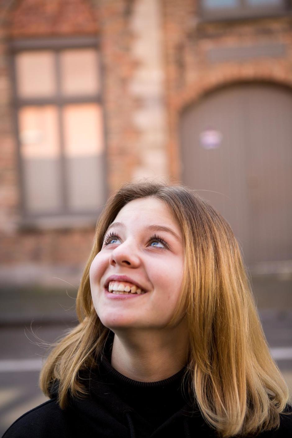 """Zarra (15), tiener met een missie: """"Elke straat is nu een 'Knikjesstraat'"""""""