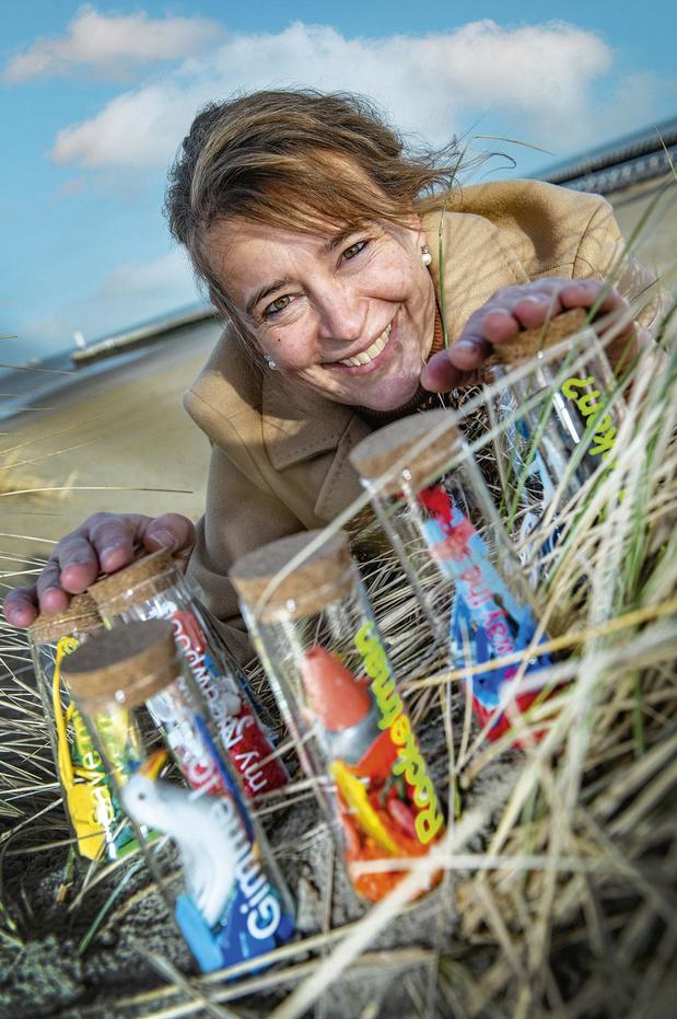 Christel Patfoort maakt Noordzee Trash Art