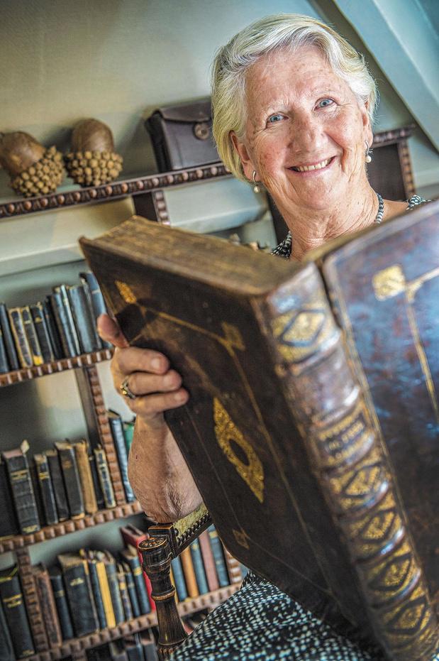 Godelieve Rombaut verzamelt gebedenboeken