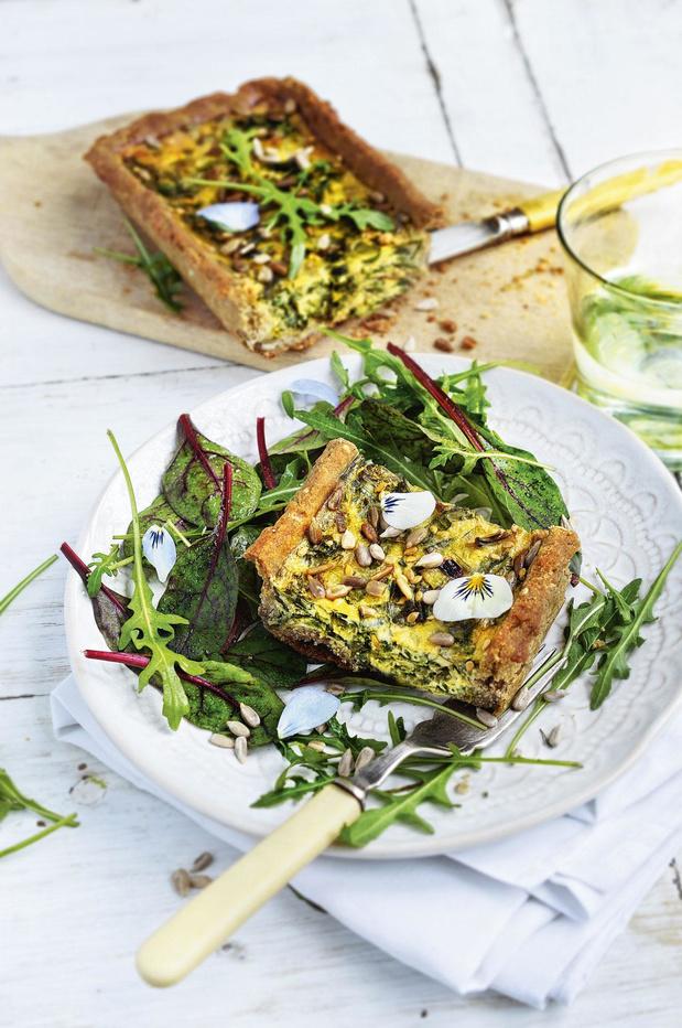 Taart met uienstengels en spinaziescheute