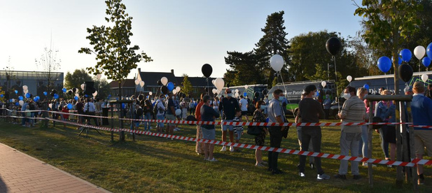400 zwarte, blauwe en witte ballonnen voor verongelukte fietser Glenn De Boever
