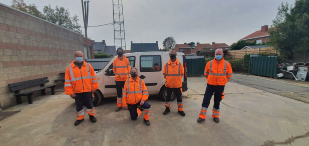 Gemeentepersoneel speldt geel lintje op tegen kanker