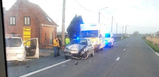 Jonge bestuurder gewond na zware klap tussen twee wagens in Pervijze
