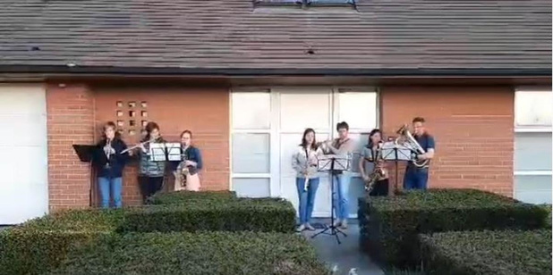 VIDEO Muzikale familie uit Gits brengt muziek voor de buren