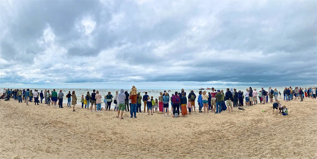 Indrukwekkend eerbetoon op strand en zee voor Lars Vantournhout