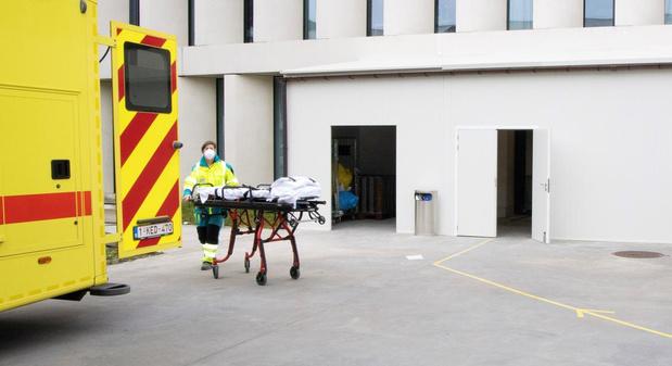 """Andrès loopt stage op spoeddienst van AZ Groeninge: """"Ziek worden? Daar denk ik niet aan"""""""