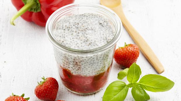 La recette du Pudding de chia fraises basilic poivron d'Exki