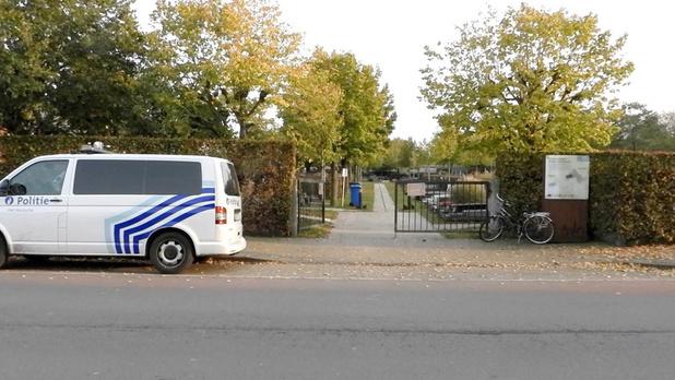 Begraafplaats afgesloten na vandalisme aan 17 graven