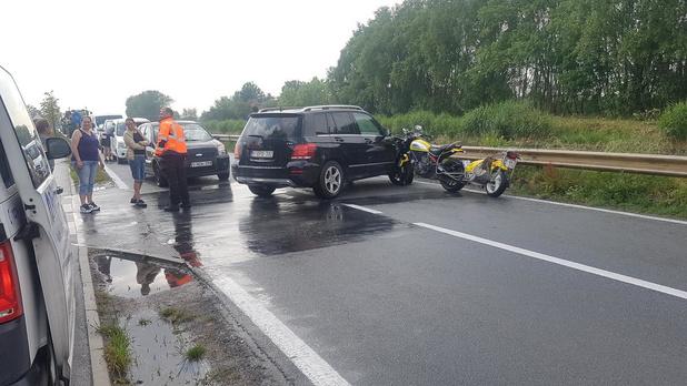 Motorfiets plant zich in flank van wagen langs kanaal Plassendale-Nieuwpoort