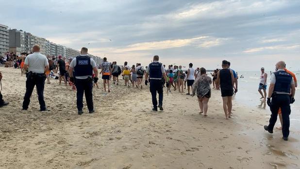 VIDEO Toeristen vallen politie aan op strand van Blankenberge