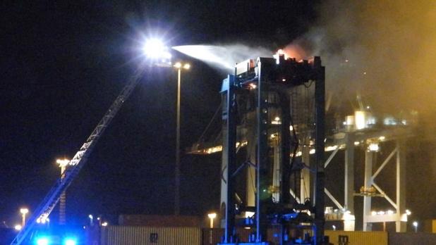 Containerstapelaar loopt grote schade op na brand