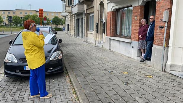 Oostendse actrice Isabelle Vandemaele verrast Clara en Julien met poëzie op Moederdag