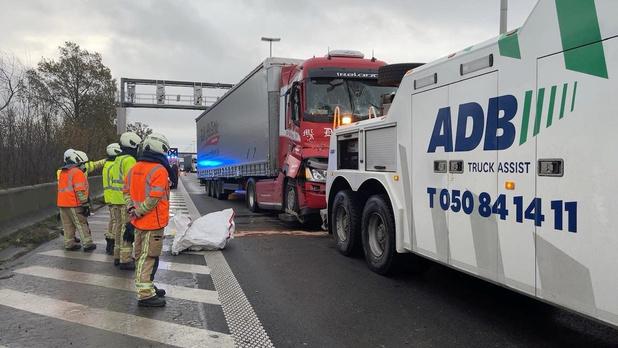 Drie vrachtwagens botsen op E40, lange file richting Kust