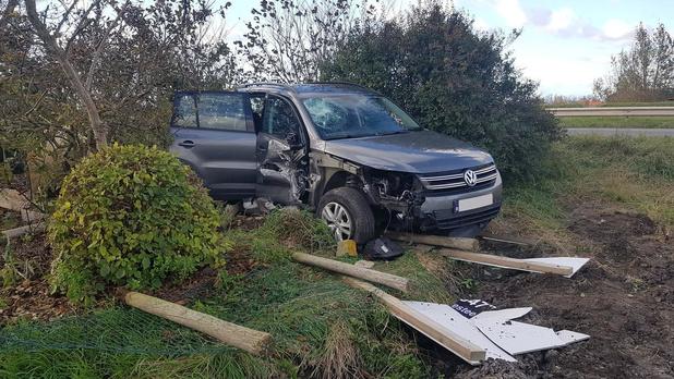 Auto schuurt tegen gevel en belandt in achtertuin