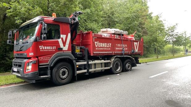 Mazouttank van vrachtwagen scheurt open na ongeval in Sint-Michiels