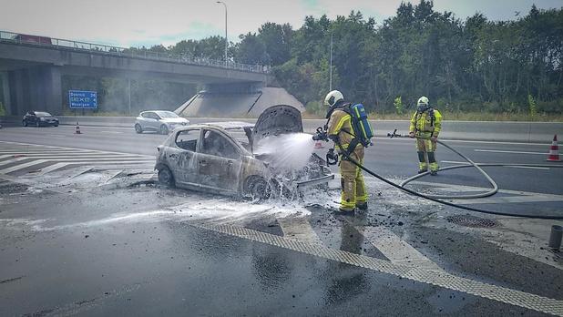 Personenwagen in de vlammen op, jong koppeltje ongedeerd