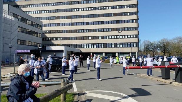 VIDEO Indrukwekkend eerbetoon van Brugse brandweer aan ziekenhuizen