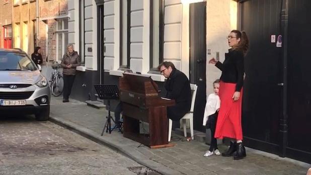 VIDEO Bekende Brugse sopraan Amaryllis Dieltiens geeft optreden voor haar buren