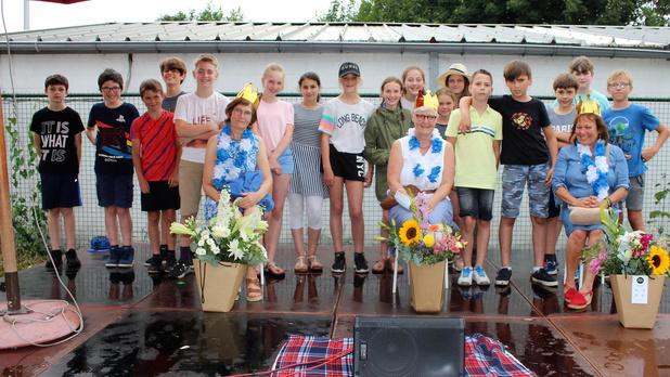 Kinderen basisschool Arnoldus Oudenburg nemen afscheid van Annemie, Cathérine en Liliane