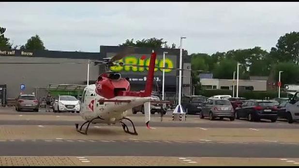 Mugheli landt op parkeerterrein