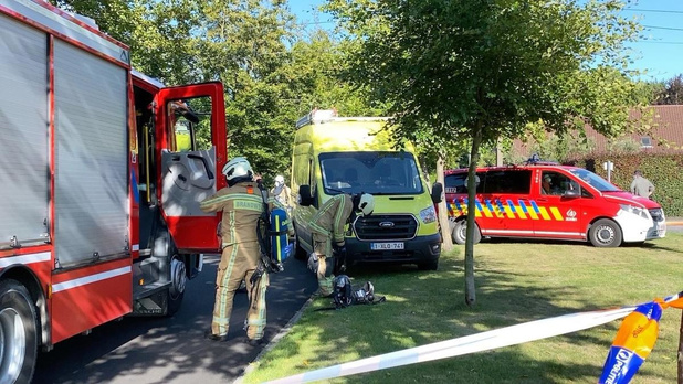 Brandweer heeft de handen vol met zware loodsbrand in Oostkamp