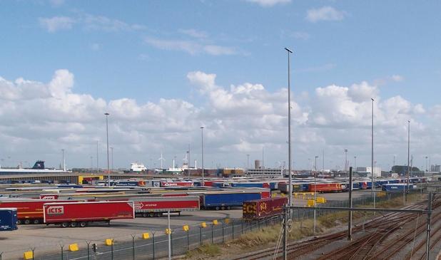 Haven Zeebrugge opent terreinen voor gestrande trailers en nieuwe auto's