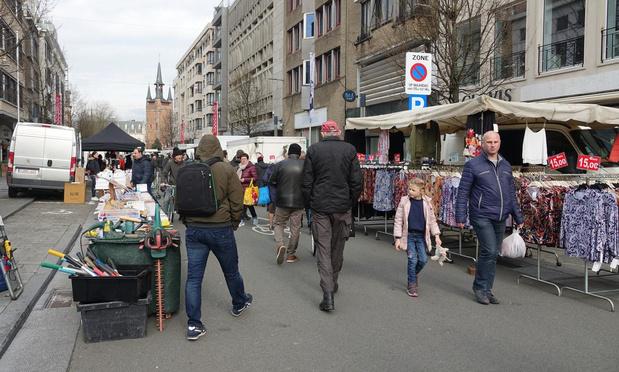 """Gezellige drukte op Kortrijkse maandagmarkt: """"Hadden we liever anders gezien"""""""