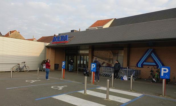Man maakt amok en bespuugt agenten aan Kortrijkse supermarkt
