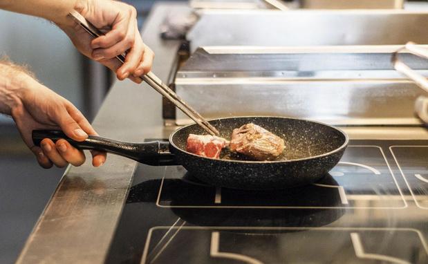 Faut-il ajouter de l'huile quand on cuit un poisson ou une viande ?