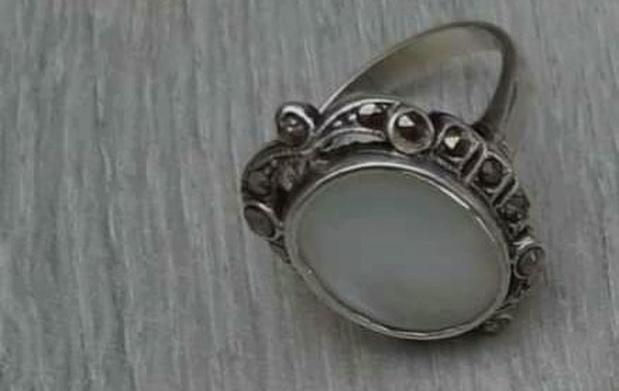 Wie helpt Vanessa zoeken naar de ring van haar overleden mama?