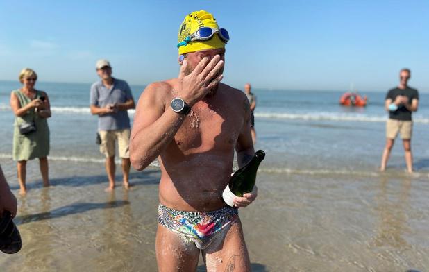 Wat een stunt! Matthieu Bonne zwemt in 23 uur kustlijn van 68 kilometer af!