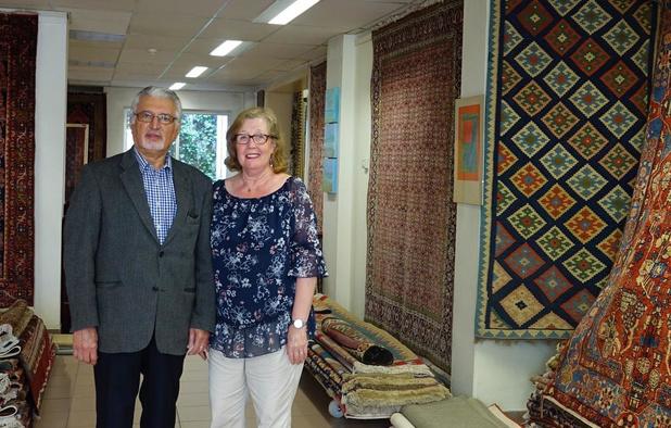 Winkel in Perzische tapijten Artes Design rolt de matten op