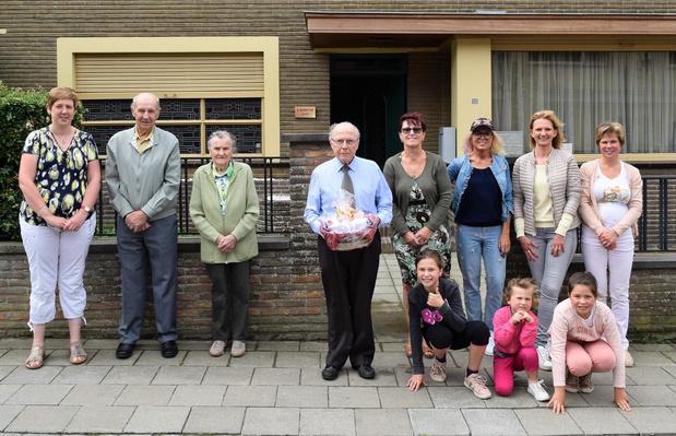 Dokter Gerard Desmyter gaat met pensioen, buurvrouwen verrassen hem