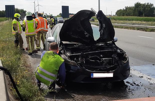 Motor van Volvo brandt uit langs snelweg