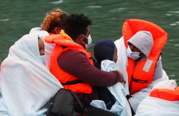 Meer dan tachtig migranten gered op Kanaal onderweg naar Engeland