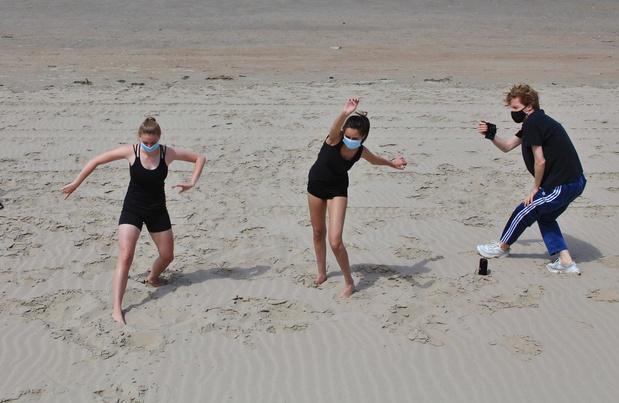 Laatstejaars StAPwest dansen met mondmaskers